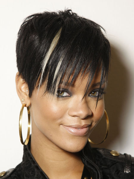 Rihanna Short Haircut Blonde Highlights Pictures 01